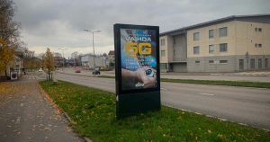 Elisan 5G-mainos tienvarressa.